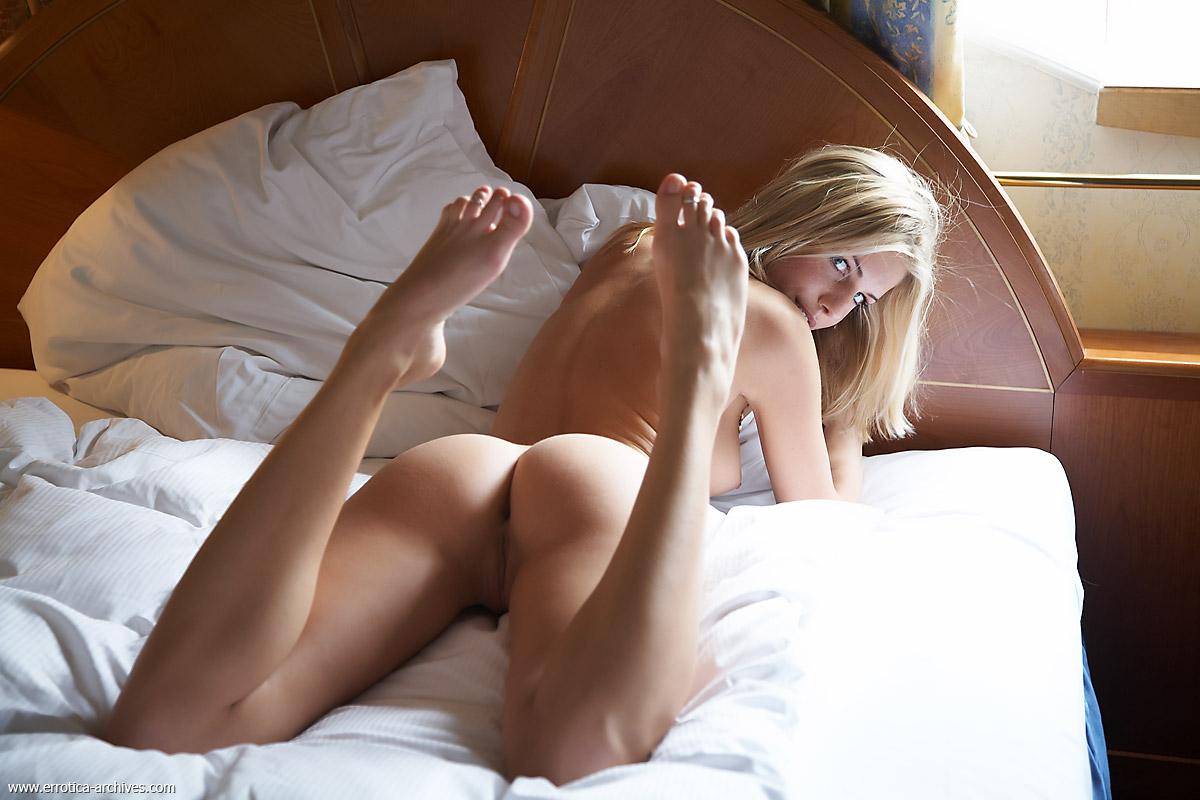 Голые красавицы в постели этих