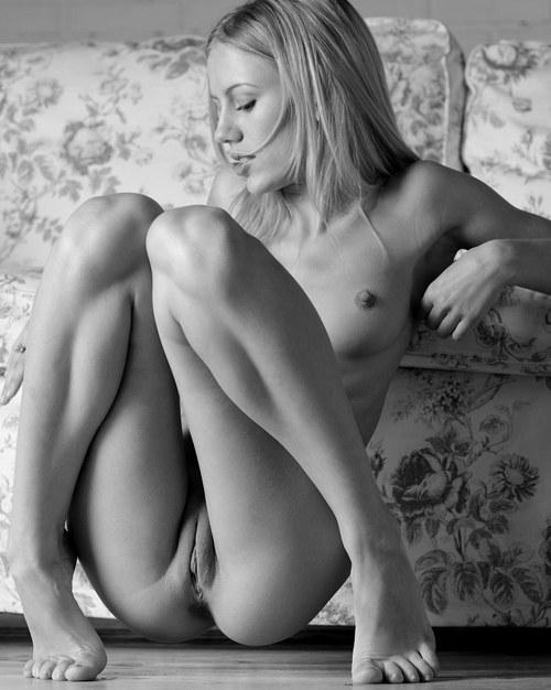 Фото молодые голые девугки с брльшими письками